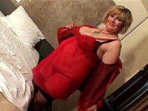 Lubne MILF onanert hennes moden fitte med en dildo, Blonde eldre ludder leker med hennes store bryster og hennes søte fitte. Hun onanerer med fingrene og en stor dildo.