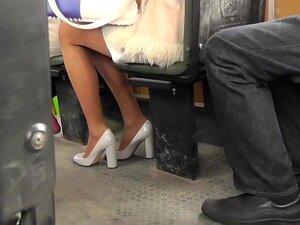 Upskirt blond babe i sexy mini skjørt og høye hæler, Upskirting glamorøse skjønnhet i super sexy høye hæler og spennende skjørt på unike voyeur pornoside.