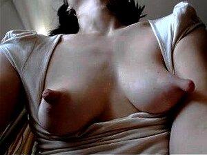 Søte amatør brunetten avslører hennes store brystvorter på webcam