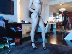 Blonde webkamera gudinnen 20 - sort kjole og høye hæler sprute, Blonde webkamera gudinnen 20 - sort kjole og høye hæler sprute på gulvet