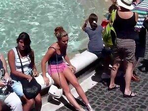 Busty ungdoms jente som sitter på en fontene, jeg lurer på hva jeg gjorde dette turist-jenta ser så ulykkelig i et så vakkert sted, rett ved fontenen. Hun var nok også lei av alle sightseeing og hun visste ikke engang at hun ble en attraksjon som godt, fo