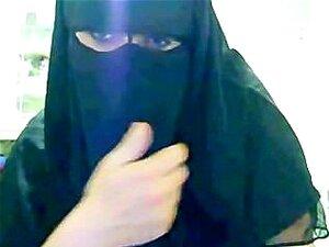 Arabiske Muslim Ummah dame i svart burka viser store Oriental Beurette bryster