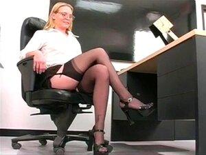 Profesjonell unge blonde sprer hennes rosa fitte på des. Profesjonell unge blonde sprer hennes rosa fitte på skrivebord